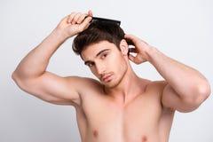 Κλείστε επάνω το πορτρέτο του όμορφου μυϊκού γυμνού nude ισχυρού brunett Στοκ Εικόνα