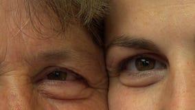 Κλείστε επάνω το πορτρέτο των ματιών μητέρων και κορών, χαμόγελο μεταξύ των γενεών φιλμ μικρού μήκους