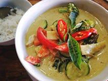 Κλείστε επάνω το πράσινο κάρρυ με το κοτόπουλο, ταϊλανδικά τρόφιμα στοκ φωτογραφία