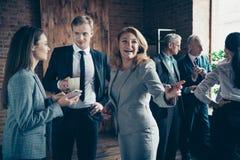 Κλείστε επάνω το πρωί επιχειρηματιών φωτογραφιών αυτή η ώριμη κύρια κυρία της αυτός αυτός το καλύτερο τηλεφωνικό κοίταγμα συνομιλ στοκ εικόνα