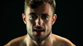 Κλείστε επάνω το πρόσωπο αθλητικών τύπων κατά τη διάρκεια σκληρά να εκπαιδεύσει απόθεμα βίντεο
