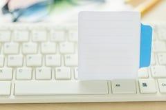 Κλείστε επάνω το ραβδί εγγράφου στο πληκτρολόγιο Στοκ εικόνες με δικαίωμα ελεύθερης χρήσης