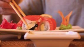 Κλείστε επάνω το ρόλο σουσιών στο ιαπωνικό εστιατόριο Βυθίζοντας ρόλος σουσιών στη σάλτσα σόγιας απόθεμα βίντεο