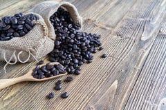 Κλείστε επάνω το σωρό του φασολιού καφέ στο ξύλινο κουτάλι στοκ φωτογραφία