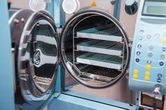 Κλείστε επάνω το σύγχρονο αποστειρωτή εργαστηριακών χυτρών πιέσεως στον πίνακα Εκλεκτική εστίαση Στοκ Φωτογραφία