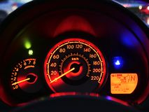 Κλείστε επάνω το σύγχρονο ταμπλό αυτοκινήτων ` s με το φως και το ταχύμετρο θερμοκρασίας δεικτών καυσίμων ταχυμέτρων τη νύχτα Στοκ Εικόνες