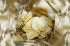 Κλείστε επάνω το τοπ τηγανισμένο άποψη πρόχειρο φαγητό τσιπ πατατών σε μια πλαστική τσάντα Στοκ Εικόνες