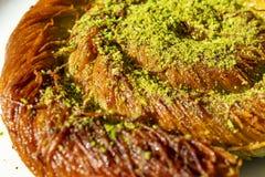 Κλείστε επάνω το τουρκικό επιδόρπιο kadayif τεμαχισμένο επιδόρπιο σίτου με την πλήρωση φυστικιών στοκ εικόνες