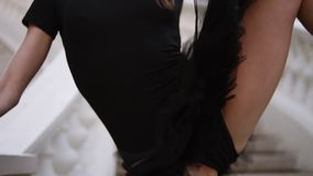 Κλείστε επάνω το των ποδιών γυναικών ` s στο μπεζ pointe Νέες, όμορφες μετακινήσεις μπαλέτου ballerina καταδεικνύοντας μαύρο tutu απόθεμα βίντεο