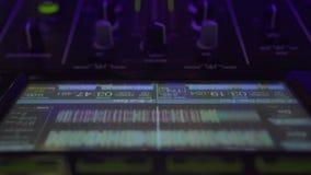 Κλείστε επάνω το φορέα αναμικτών του DJ, την οθόνη lap-top και την υγιή κονσόλα για το κόμμα μουσικής σπιτιών Ελεγκτής του DJ για απόθεμα βίντεο