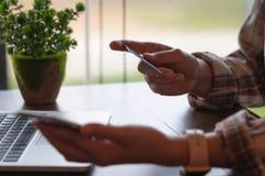 Κλείστε επάνω το χέρι της επιχειρηματία ή του λογιστή που εργάζεται στο calculat στοκ φωτογραφίες
