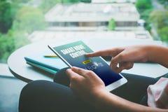 Κλείστε επάνω το χέρι της συνεδρίασης γυναικών και app ταμπλετών χρήσης του ελέγχου έξυπνων Στοκ Φωτογραφίες