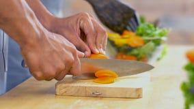 Κλείστε επάνω το χέρι του ατόμου κόβει το καρότο στο γυαλί BO Στοκ εικόνες με δικαίωμα ελεύθερης χρήσης
