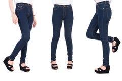 Κλείστε επάνω το χαμηλότερο σώμα της γυναίκας ομορφιάς με τα τζιν και τα παπούτσια μόδας Στοκ Εικόνες