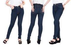 Κλείστε επάνω το χαμηλότερο σώμα της γυναίκας ομορφιάς με τα τζιν και τα παπούτσια μόδας Στοκ εικόνα με δικαίωμα ελεύθερης χρήσης