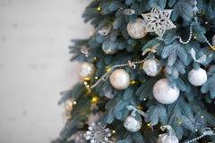 Κλείστε επάνω το χριστουγεννιάτικο δέντρο που διακοσμείται Κανένας άνθρωπος Εγχώρια άνεση του σύγχρονου σπιτιού Στοκ Εικόνα