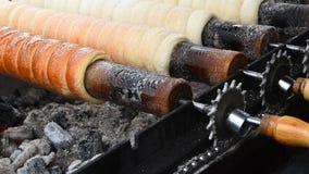Κλείστε επάνω το ψήσιμο και το κύλισμα κέικ καπνοδόχων φιλμ μικρού μήκους