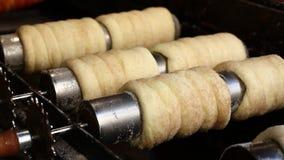 Κλείστε επάνω το ψήσιμο και το κύλισμα κέικ καπνοδόχων απόθεμα βίντεο