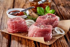 Κλείστε επάνω τριών medaillions χοιρινού κρέατος στοκ φωτογραφία με δικαίωμα ελεύθερης χρήσης
