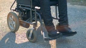 Κλείστε επάνω των άκυρων ποδιών ` s σε μια αναπηρική καρέκλα απόθεμα βίντεο