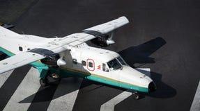 Κλείστε επάνω των αεροσκαφών στο διάδρομο σε Tenzing†«Χίλαρυ Airport στοκ φωτογραφίες