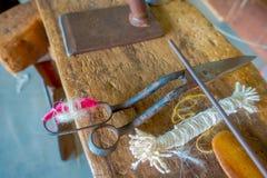 Κλείστε επάνω των ανάμεικτων υλικών, του whool και του ψαλιδιού για να εργαστείτε στον ιματισμό σαλιών μαλλιού κατασκευής αργαλει Στοκ Εικόνα