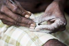 Κλείστε επάνω των ανώτερων ινδικών ασιατικών χεριών τροχιστών γλυπτών ατόμων που λειτουργούν στο μαρμάρινο γλυπτό του με τη σμίλη Στοκ Εικόνες