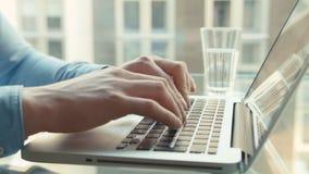 Κλείστε επάνω των αρσενικών χεριών δακτυλογραφώντας στο πληκτρολόγιο απόθεμα βίντεο