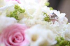 Κλείστε επάνω των ασημένιων γαμήλιων δαχτυλιδιών Στοκ φωτογραφίες με δικαίωμα ελεύθερης χρήσης