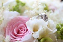 Κλείστε επάνω των ασημένιων γαμήλιων δαχτυλιδιών Στοκ εικόνες με δικαίωμα ελεύθερης χρήσης