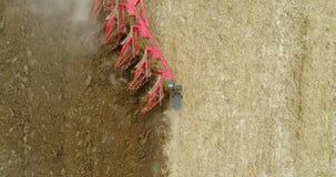 Κλείστε επάνω των γεωργικών μηχανημάτων που οργώνουν το γεωργικό καλλιεργήσιμο έδαφος φιλμ μικρού μήκους