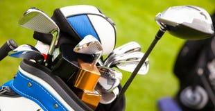 Κλείστε επάνω των γκολφ κλαμπ σε μια τσάντα στοκ εικόνες