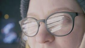 Κλείστε επάνω των γυαλιών με την αντανάκλαση των φω'των σε το φιλμ μικρού μήκους