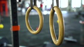 Κλείστε επάνω των δαχτυλιδιών crossfit στη γυμναστική φιλμ μικρού μήκους