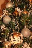 Κλείστε επάνω των διακοσμήσεων Χριστουγέννων σε ένα χριστουγεννιάτικο δέντρο στοκ εικόνα