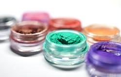 Κλείστε επάνω των δοχείων της χαλαρής κονιοποιημένης σκιάς ματιών στο πράσινο, ιώδες, Υ στοκ φωτογραφία με δικαίωμα ελεύθερης χρήσης