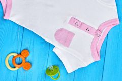Κλείστε επάνω των ενδυμάτων βαμβακιού μωρών νηπίων στοκ εικόνες