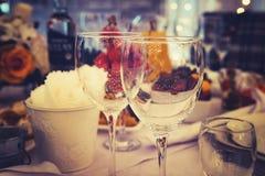Κλείστε επάνω των επιτραπέζιων διορισμών σε ένα επίσημο κόμμα γευμάτων Stemwares σε έναν εορταστικό υπέροχα διακοσμημένο γαμήλιο  στοκ εικόνες