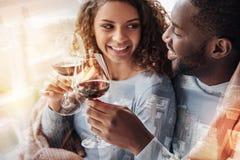 Κλείστε επάνω των ευτυχών γυαλιών εκμετάλλευσης ζευγών με το κρασί Στοκ Φωτογραφία
