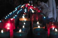 Κλείστε επάνω των ζωηρόχρωμων κεριών σε μια σκοτεινή πνευματική σκηνή Εορτασμός, κηδεία, αναμνηστική Θρησκευτικός συμβολισμός στοκ φωτογραφία με δικαίωμα ελεύθερης χρήσης
