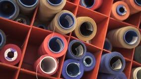 Κλείστε επάνω των ζωηρόχρωμων ράβοντας στροφίων στο διοργανωτή στο στούντιο σχεδίου απόθεμα βίντεο