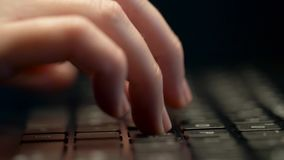 Κλείστε επάνω των θηλυκών χεριών δακτυλογραφώντας στο πληκτρολόγιο lap-top φιλμ μικρού μήκους