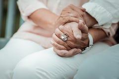 Κλείστε επάνω των θηλυκών χεριών που αγκαλιάζοντας το άτομο στοκ εικόνες με δικαίωμα ελεύθερης χρήσης