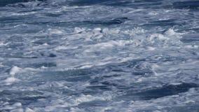 Κλείστε επάνω των θυελλωδών ωκεάνιων κυμάτων φιλμ μικρού μήκους