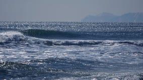 Κλείστε επάνω των θυελλωδών ωκεάνιων κυμάτων απόθεμα βίντεο