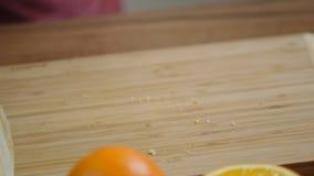 Κλείστε επάνω των κέικ περικοπών αρχιμαγείρων Τέμνον sponge-cake χεριών γυναικών απόθεμα βίντεο