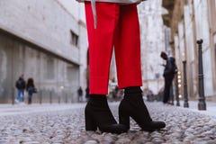 Κλείστε επάνω των καλτσών μποτών των μαύρων γυναικών στην ιταλική οδό στοκ φωτογραφία με δικαίωμα ελεύθερης χρήσης