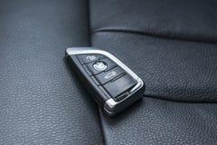 Κλείστε επάνω των κλειδιών της BMW X5 το 2018 στο μαύρο διατρυπημένο δέρμα εσωτερικό αυτοκινήτων καθισμάτων Εσωτερικές λεπτομέρει Στοκ φωτογραφία με δικαίωμα ελεύθερης χρήσης