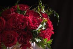 Κλείστε επάνω των κόκκινων τριαντάφυλλων τη Floral ρύθμιση Στοκ εικόνα με δικαίωμα ελεύθερης χρήσης