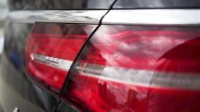 Κλείστε επάνω των κόκκινων φω'των ουρών, λεπτομέρεια σύγχρονου, πολυτέλεια, μαύρο SUV απόθεμα Μαύρα φω'τα σπασιμάτων αυτοκινήτων, απόθεμα βίντεο